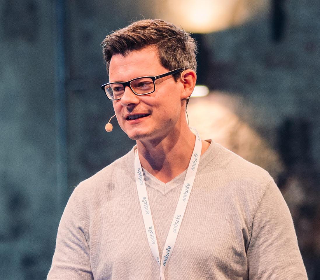 Bastian Kunkel bei einem Vortrag