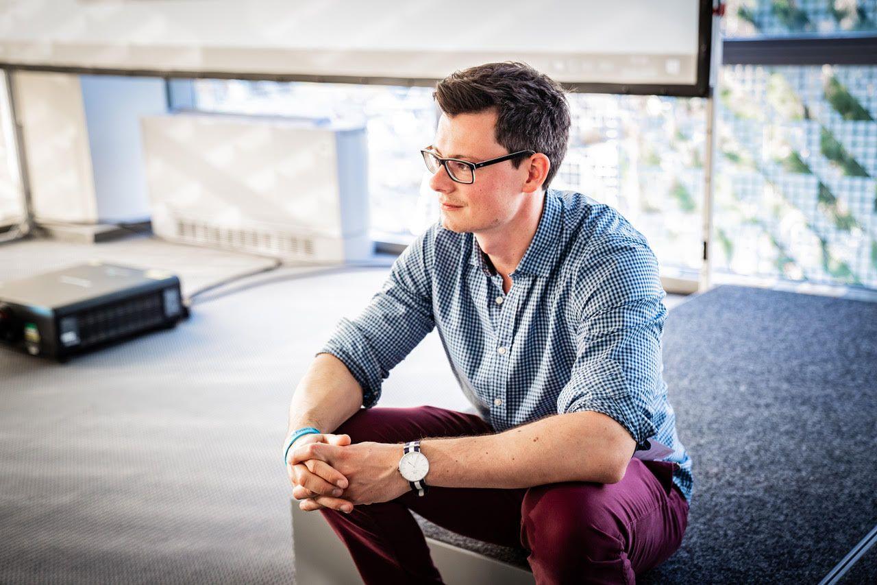 Bastian Kunkel auf einer Tribüne sitzend
